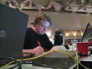 MdL Oliver Bayer konzentriert am Arbeiten